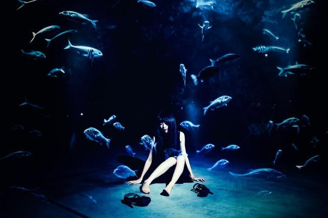 深海に座り込む女性