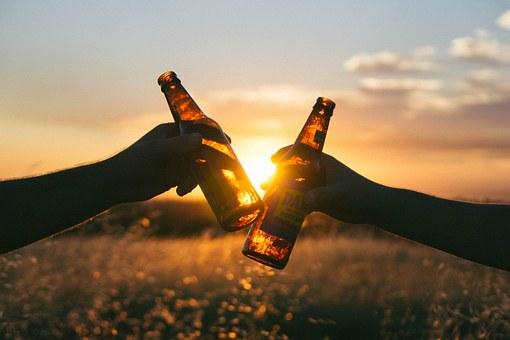 ビール瓶で乾杯している