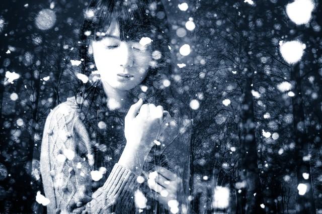 雪の中目を閉じる女性