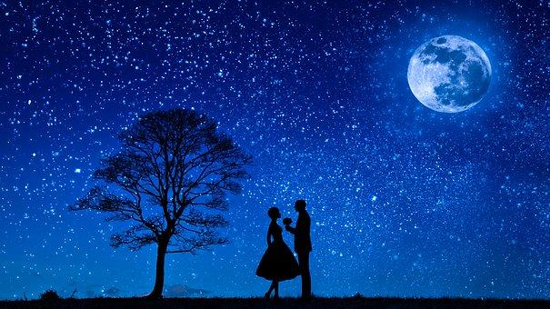 満天の星空とカップルのシルエット