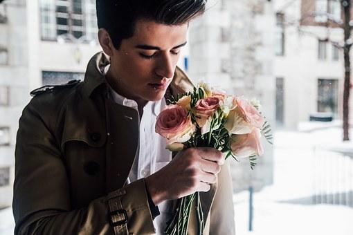 花束を持った外国人男性
