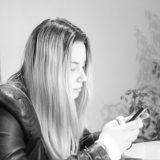 スマホを操作する外国人女性