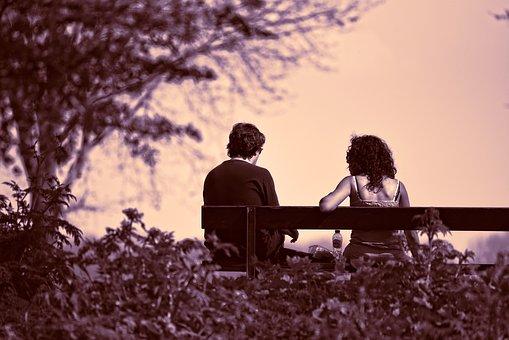 ベンチに座っているカップル