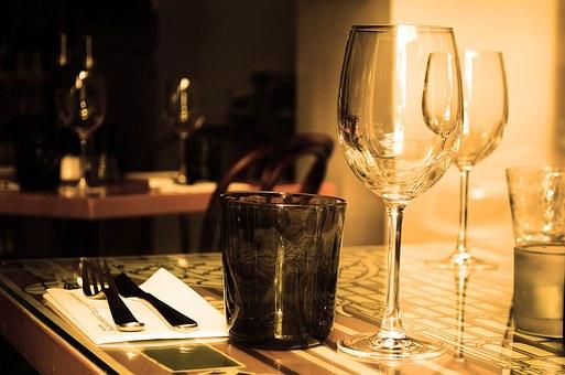 テーブルの上に置かれたワイングラスと食器