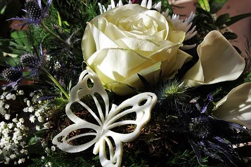 白い薔薇の花束と蝶のアクセサリー