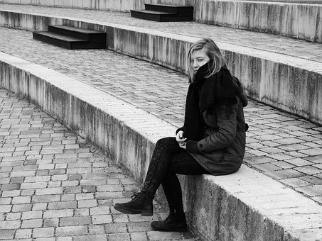 座っている寂しそうな女性
