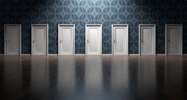 たくさんの並んだドア