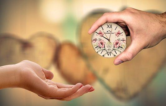 女性に時計を手渡す男性