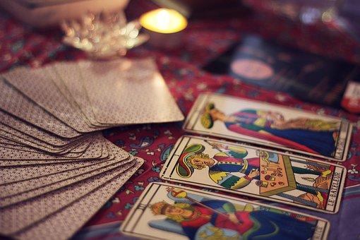 テーブルに並べられたタロットカード