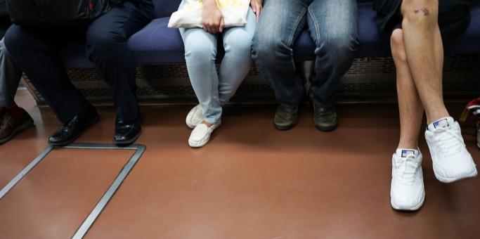 電車に乗る乗客の足下