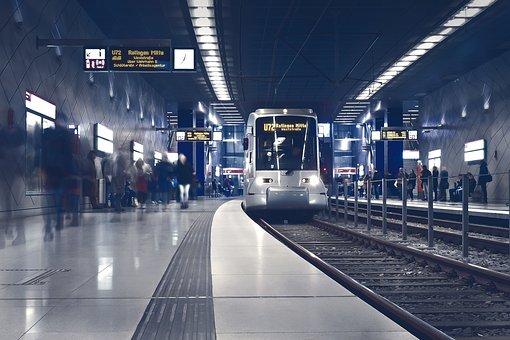 地下鉄のホームと電車