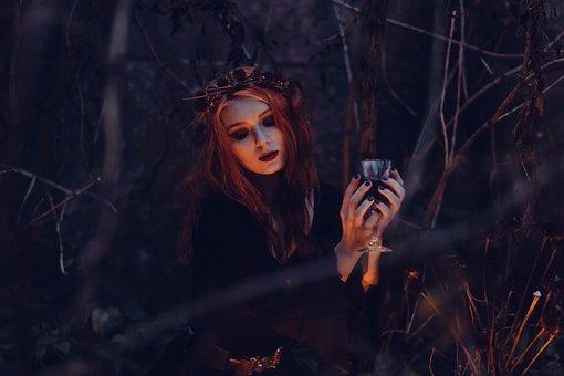 儀式を行う魔女