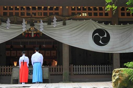 神社を参拝する男女の写真