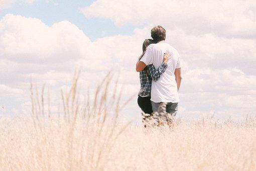 草むらで寄り添うカップル