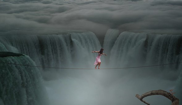 滝の上で危険な綱渡り