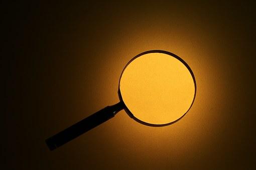 オレンジ色の光と虫眼鏡