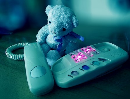 熊のぬいぐるみと電話機