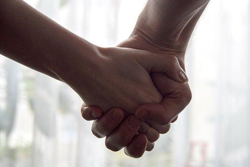 手を繋ぐ男女の手元